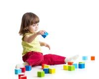 Jong geitje die houten speelgoed spelen Royalty-vrije Stock Foto's
