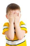 Jong geitje die of met het verbergen van geïsoleerd gezicht schreeuwen spelen Royalty-vrije Stock Foto's