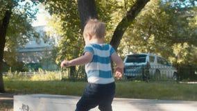 Jong geitje die op de trampoline springen stock video