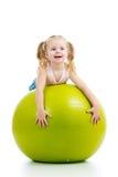 Jong geitje die pret met gymnastiek- bal hebben stock foto