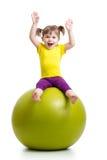 Jong geitje die pret met gymnastiek- bal hebben Royalty-vrije Stock Foto's