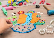 Jong geitje ` die s en tot speelgoed van plasticine spelen leiden stock foto