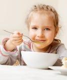 Jong geitje die soep eten royalty-vrije stock fotografie