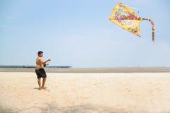 Jong geitje die Vlieger in de lucht proberen op te heffen Stock Fotografie