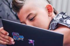 Jong geitje die youtube op zijn tablet letten op stock fotografie