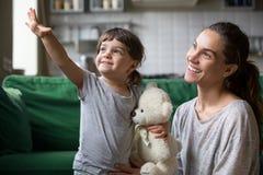 Jong geitje en enige moeder die zich op goed toekomstig concept verheugen royalty-vrije stock afbeeldingen