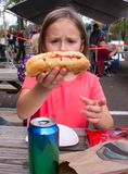 Jong geitje en Hotdog Stock Foto's