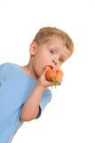 Jong geitje en wortel Stock Fotografie