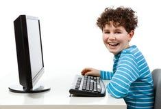 Jong geitje gebruikend computer royalty-vrije stock afbeeldingen
