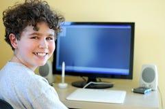 Jong geitje gebruikend computer Royalty-vrije Stock Fotografie
