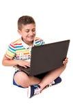 Jong geitje gebruikend een computer Stock Foto's
