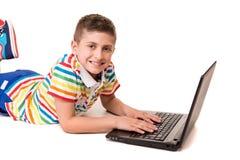 Jong geitje gebruikend een computer Stock Fotografie