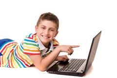 Jong geitje gebruikend een computer Stock Foto