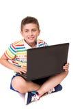 Jong geitje gebruikend een computer Stock Afbeelding