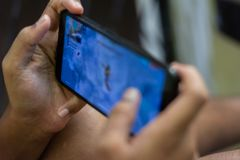 Jong geitje gebruikend het excessieve gebruik van de het kind het modeltechnologie van de smartphoneverslaving kijken stock fotografie