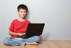 Jong geitje gebruikend laptop Stock Fotografie