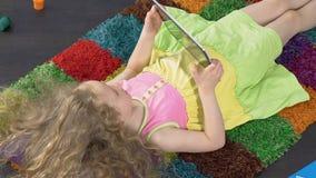 Jong jong geitje gebruikend moderne technologie, gemakkelijk tabletbeheer en gebruikersinterface stock video
