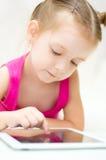 Jong geitje gebruikend tabletcomputer Stock Afbeelding