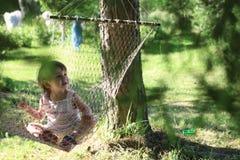 Jong geitje in hangmat op aard Stock Foto