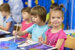 Jong geitje het Schilderen bij Kleuterschool royalty-vrije stock afbeelding