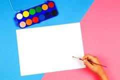 Jong geitje het schilderen met penseel en kleurrijke waterverfverven Royalty-vrije Stock Foto's