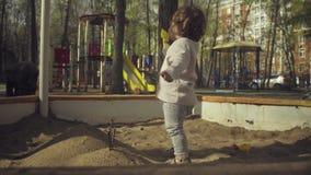 Jong geitje het spelen in een zandbak stock videobeelden
