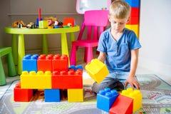Jong geitje het spelen met bouwblokken Stock Foto