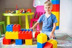 Jong geitje het spelen met bouwblokken Royalty-vrije Stock Foto