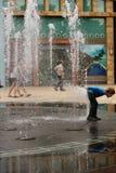 Jong geitje het spelen met de fontein in Singapore Royalty-vrije Stock Fotografie
