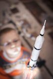 Jong geitje het spelen met denkbeeldige echte raket Stock Afbeeldingen