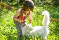 Jong geitje het spelen met een kat Royalty-vrije Stock Foto's