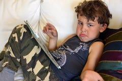 Jong geitje het spelen met I-stootkussen Royalty-vrije Stock Foto's