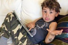 Jong geitje het spelen met I-stootkussen Royalty-vrije Stock Foto