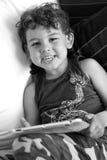 Jong geitje het spelen met I-stootkussen Stock Foto
