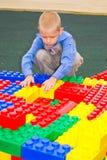 Jong geitje het spelen met kubussen Stock Fotografie