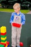 Jong geitje het spelen met kubussen Stock Afbeelding