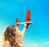 Jong geitje het spelen met vliegtuig Royalty-vrije Stock Foto