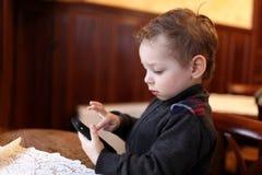 Jong geitje het spelen op smartphone royalty-vrije stock foto's