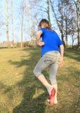 Jong geitje - meisje die op schoen op weide zetten Royalty-vrije Stock Foto