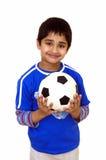 Jong geitje met de bal van het Voetbal Stock Afbeeldingen