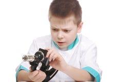 Jong geitje met gebroken microscoop Stock Foto's