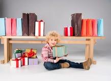 Jong geitje met giftdozen en het winkelen zakken Stock Fotografie