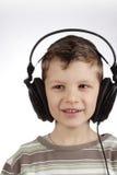 Jong geitje met hoofdtelefoon stock foto's