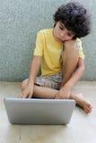 Jong geitje met laptop Stock Foto