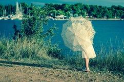 Jong geitje met parasol Royalty-vrije Stock Afbeelding