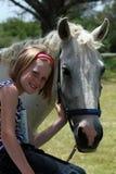 Jong geitje met poney royalty-vrije stock fotografie