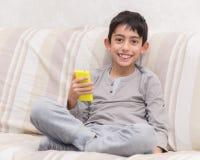 Jong geitje met slimme telefoon Stock Afbeelding
