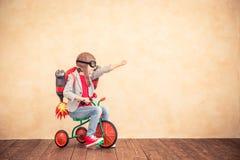 Jong geitje met straalpak die thuis spelen royalty-vrije stock fotografie