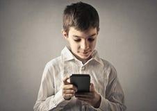 Jong geitje met telefoon stock afbeeldingen