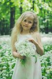 Jong geitje met witte bloemen Royalty-vrije Stock Afbeeldingen